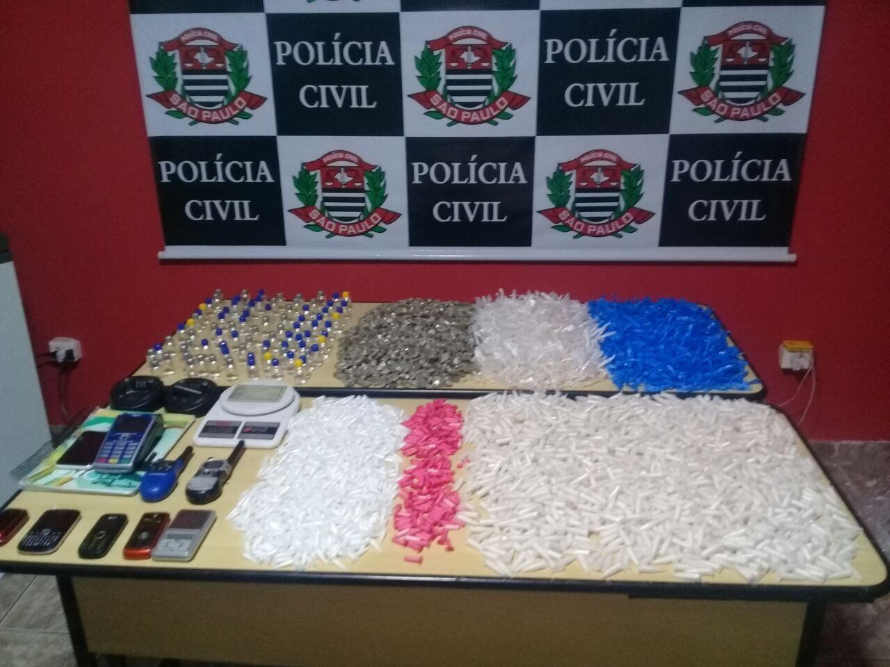 porções de drogas e objetos sob a mesa
