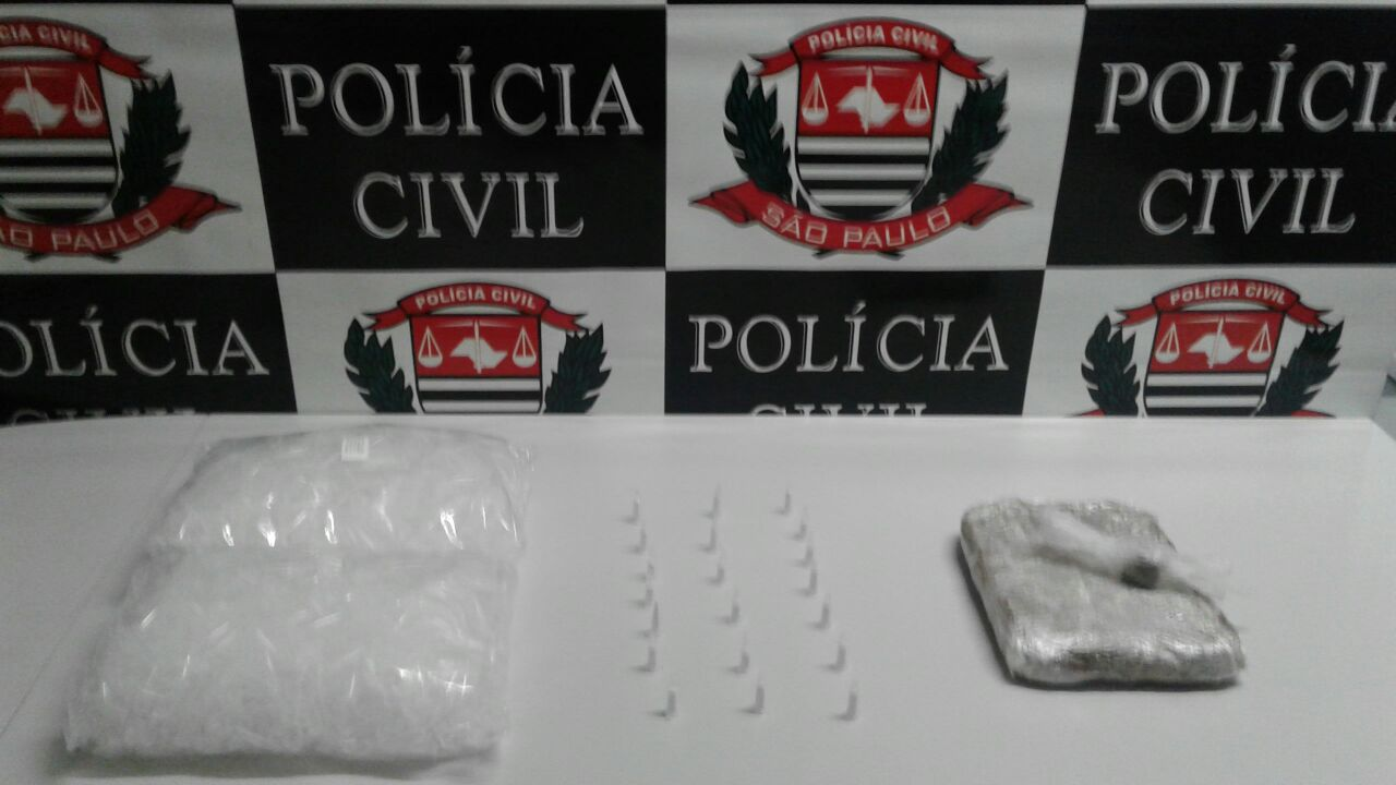 cocaína e maconha sob a mesa