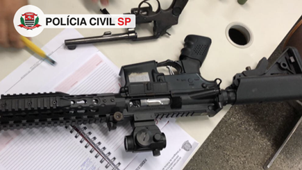 revólver calibre 38 e simulacro de fuzil